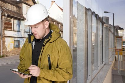 Bauleiter vor Fassade