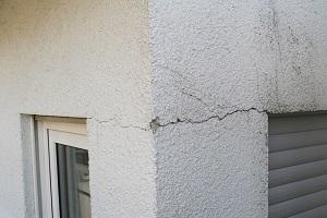 Risse in der Fassade